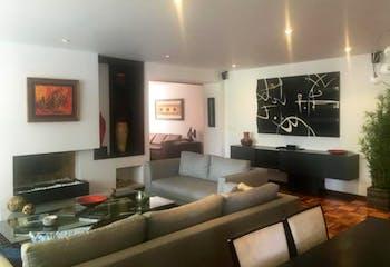 Apartamento En Venta En Bogota Antiguo Country, cuenta con dos alcobas cada una con baño.