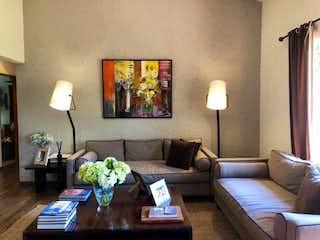 Una sala de estar llena de muebles y una lámpara en Casa en venta en Santa Fe Cuajimalpa, de 198mtrs2
