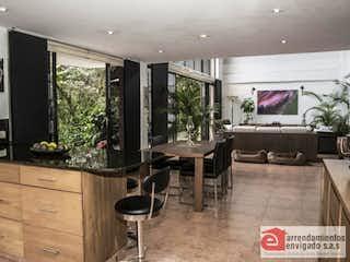 Una sala de estar llena de muebles y una televisión de pantalla plana en PARCELACIÓN BOSQUES DE BERLIN