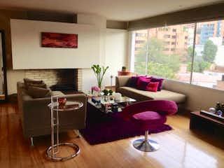 Una sala de estar llena de muebles y una mesa en Apartamento en venta en El Refugio, 170mt duplex