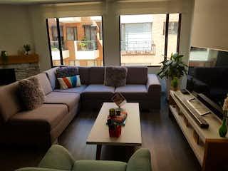 Una sala de estar llena de muebles y una gran ventana en Virriky
