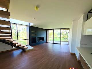 Una sala de estar llena de muebles y un suelo de madera dura en Apartamento ParaVenta