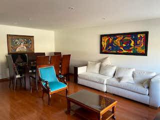 Una sala de estar llena de muebles y una televisión de pantalla plana en Edificio Ginebra