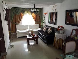 Una habitación muy bonita con una gran ventana en Casa en venta en El Porvenir, 120mt de dos niveles