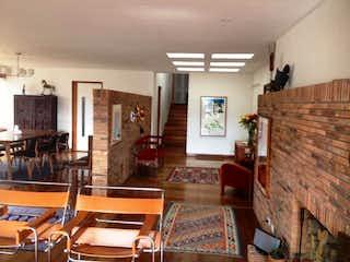 Una sala de estar llena de muebles y una chimenea en Bogota, Vendo Penthouse Av. Suba 240 Mts