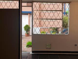 Una cocina con una ventana y una planta en ella en Conjunto Colina del Norte