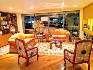 Una sala de estar llena de muebles y una chimenea en Apartamento en venta en Usaquén, 247mt con terraza