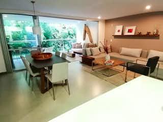 Una sala de estar llena de muebles y una gran ventana en Apartamento en venta en Zúñiga de tres alcobas