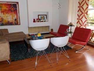 Una sala de estar llena de muebles y decoración en Apartamento En Venta En Bogota Usaquen
