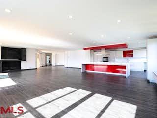 Una sala de estar roja y blanca con una alfombra roja en Poblado Campestre