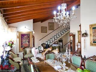 Una sala de estar llena de muebles y una lámpara de araña en Casa en venta en La América, 167mt de tres niveles