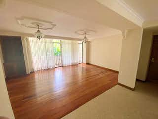 Una sala de estar con suelos de madera dura y una lámpara de araña en FLORIDA VERDE