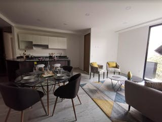 Una sala de estar llena de muebles y una mesa en Eugenia 1112