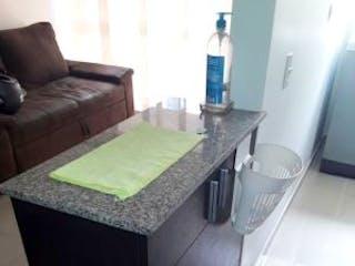 Una sala de estar con un sofá y una mesa en Apartamento en venta en El Carmelo, 66mt con balcon