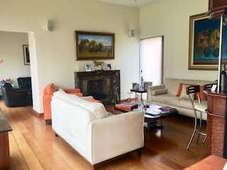 Una sala de estar llena de muebles y una chimenea en -
