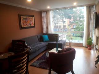 Una sala de estar llena de muebles y una gran ventana en Apartamento en venta en Puente Largo de 72m2