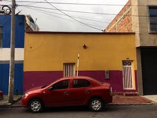 Un coche rojo estacionado delante de un edificio en Casa En Venta En Bogota San Fernando-Barrios Unidos