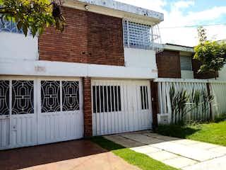 Un edificio de ladrillo blanco con una puerta blanca en Casa en Venta URBANIZACION MANDALAY ETAPA C ZONA