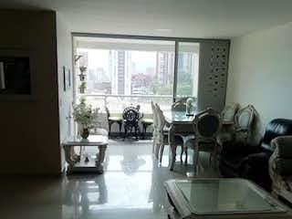 Una sala de estar llena de muebles y una ventana en URB LYRA