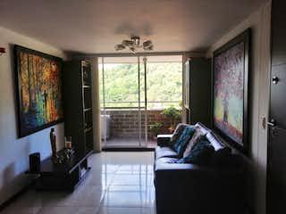Una sala de estar llena de muebles y una televisión de pantalla plana en Apartamento en venta en Cuarta Brigada de tres habitaciones