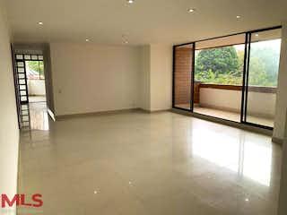 Una vista de una sala de estar con un gran ventanal en San Serrano