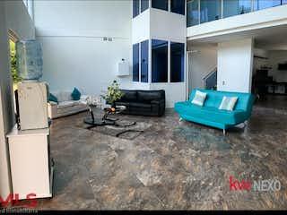 Una sala de estar llena de muebles y una televisión de pantalla plana en Tierra Del Sol (Sopetrán)