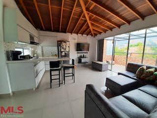 Una sala de estar llena de muebles y una gran ventana en Zafiro