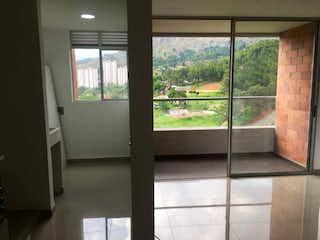 Una vista de un dormitorio con una ventana en Se Vende Apartamento en Bello ,Antioquia