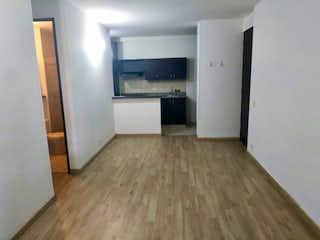 Una cocina con suelo de madera y armarios blancos en Apartamento en venta en Ciudad del Río, de 75mtrs2