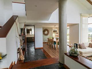 Una sala de estar llena de muebles y flores en Casa en venta en San Jose De La Concepción, de 195mtrs2