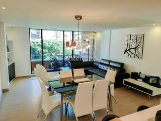 Una sala de estar llena de muebles y una ventana en Venta Apartamento Santa Barbara Occidental