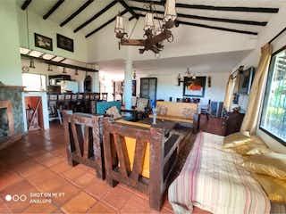 Una sala de estar llena de muebles y una televisión de pantalla plana en Casa en venta en Guarne, 1240mt de dos niveles