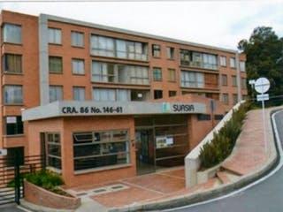 Un edificio con un gran edificio en el fondo en Apartamento en venta en Cerros de Suba