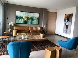 Una sala de estar llena de muebles y una televisión de pantalla plana en Apartamento en venta en Loma de Benedictinos de tres habitaciones