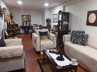 Una sala de estar llena de muebles y una televisión de pantalla plana en Villa Fontana