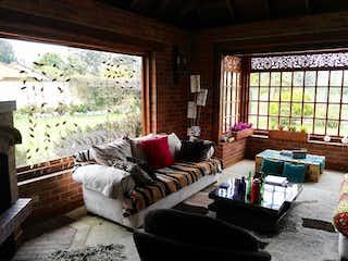 Una sala de estar llena de muebles y una ventana en Casa en Venta en Guaymaral de 1552m2