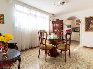Una sala de estar llena de muebles y una lámpara de araña en Escorial 83