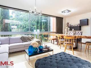 Una sala de estar llena de muebles y una gran ventana en Burdeos