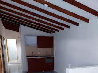 Un cuarto de baño con un inodoro y un lavabo en Venta de Casa Sector Barrio 12 de Octubre
