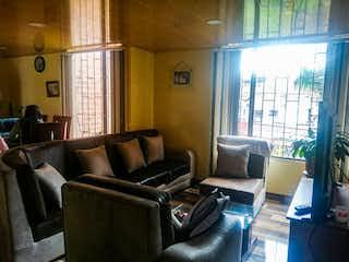 Una sala de estar llena de muebles y una ventana en Apartamento en venta en Lagos de Timiza de 52m2