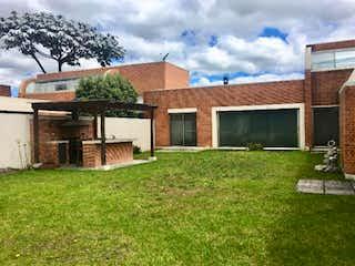 Una casa que está sentada en la hierba en Casa en venta en Hacienda San Simón de 4 alcoba