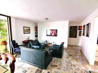 Una sala de estar llena de muebles y una televisión de pantalla plana en Apartamento en venta en Florida Nueva de dos alcobas