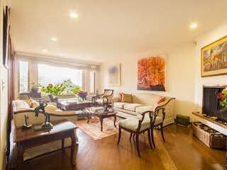 Una sala de estar llena de muebles y una gran ventana en Apartamento en Venta en Rosales de 177m2