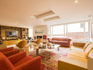 Una sala de estar llena de muebles y una gran ventana en Apartamento en Venta en Rosales de 239m2