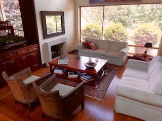 Una sala de estar llena de muebles y una gran ventana en Casa en Venta LA CALERA de 245m2