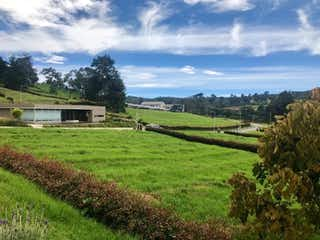 Una vista de un campo con un edificio en el fondo en La Andaluza