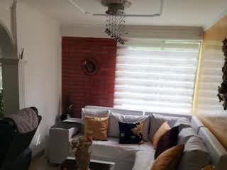 Una sala de estar llena de muebles y una ventana en Se Vende Apartamento en Simon Bolivar ,Medellin
