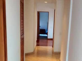 Una sala de estar con suelos de madera dura y una ventana en Apartamento En Venta En Bogota Cedritos-Usaquén