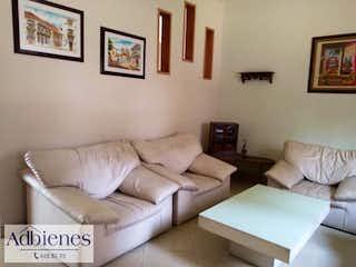 Una sala de estar llena de muebles y una pintura en Casa ParaVenta,