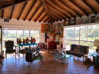 Una sala de estar llena de muebles y una lámpara de araña en Urbanización El Caney San Antonio De Pereira